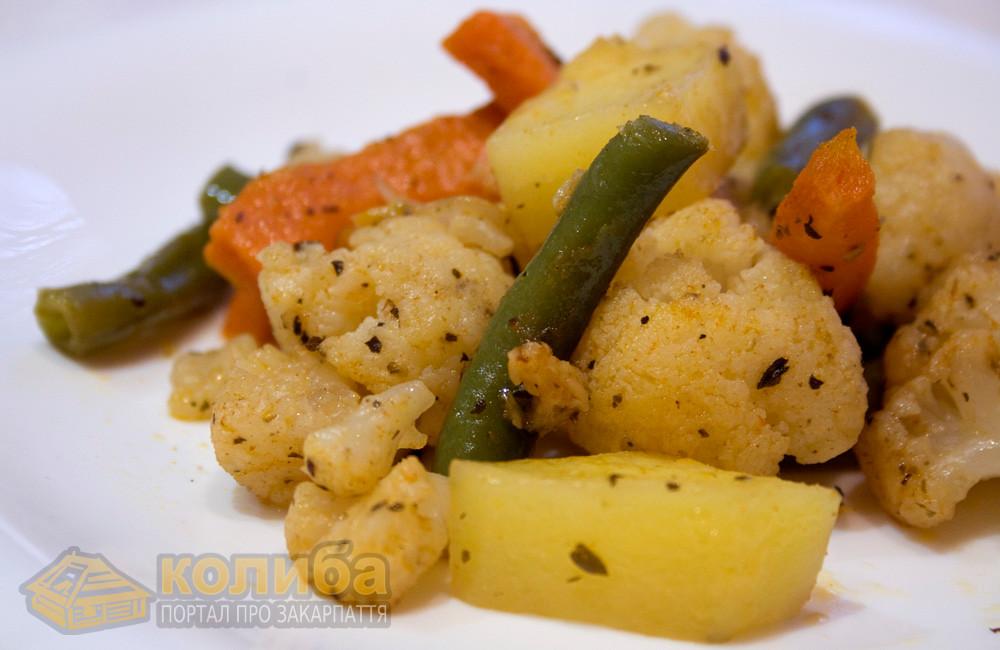 Цвітна капуста та інші овочі запечені в часничному соусі